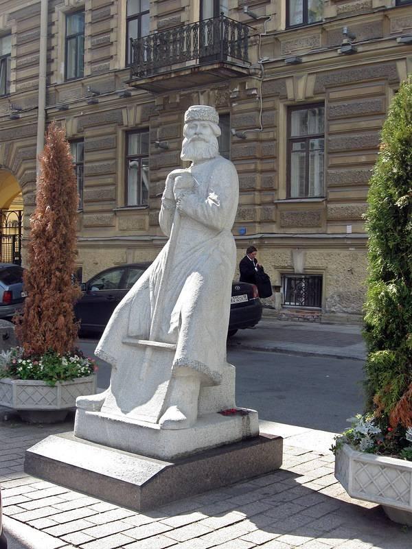 Памятник дворнику на площади Островского