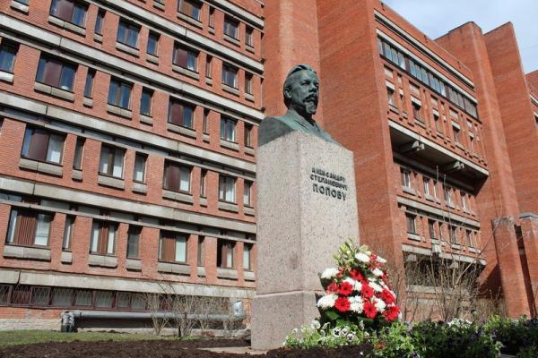 Памятник А.С. Попову возле ЛЭТИ