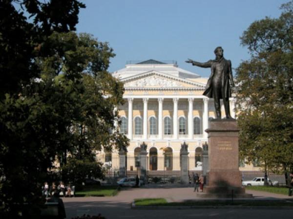 Площадь Искусств перед Михайловским дворцом