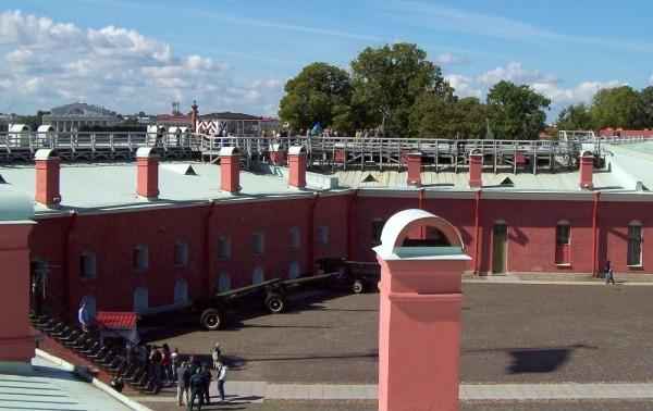 Артиллерийские орудия у Нарышкина бастиона Петропавловской крепости