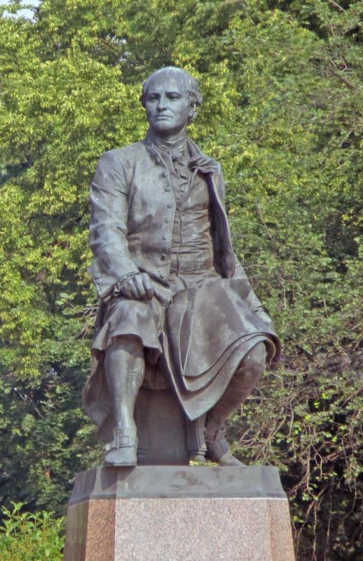 Памятник М.В. Ломоносову на Университетской набережной