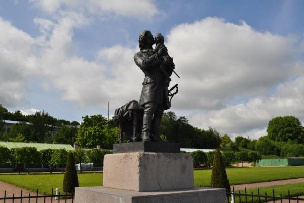 Памятник «Пётр I с малолетним Людовиком XV на руках»
