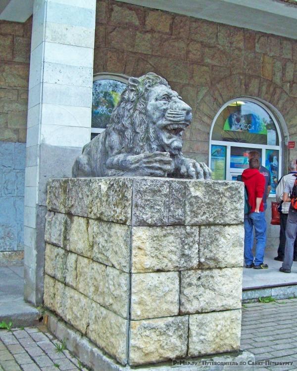 Скульптуры львов у зоопарка