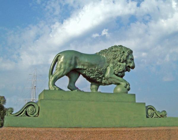 Скульптуры львов на Адмиралтейской набережной