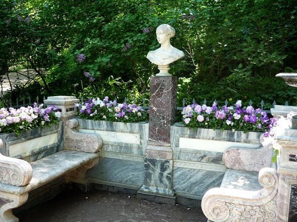 Скамья-памятник в память о Великой Княгине