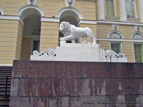 Декоративные скульптуры львов перед Русским музеем