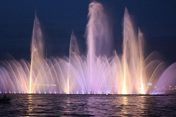 «Плавучий фонтан» в акватории Невы